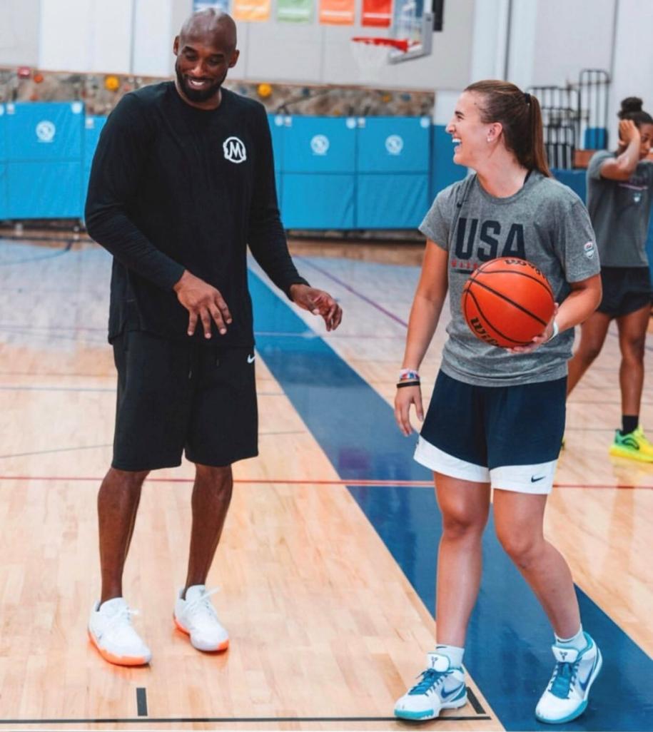 Steph Curry giúp học trò nữ của Kobe Bryant nhận tài trợ giày