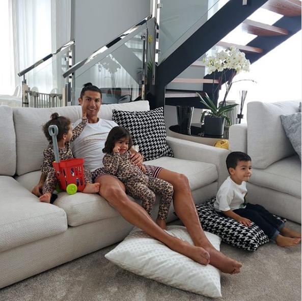Ronaldo diện đồ ở nhà cũng tốn gần 80 triệu đồng