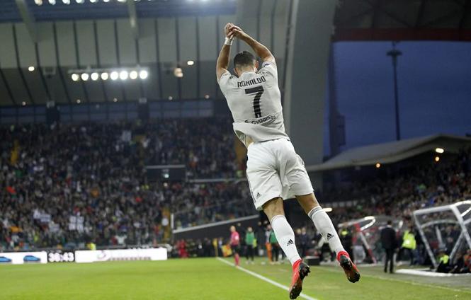 Ronaldo dạy con trai phát âm cách ăn mừng nổi tiếng của mình