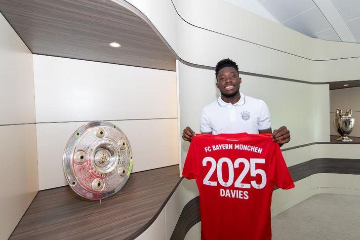 """Bayern Munich gây chú ý với buổi lễ gia hạn hợp đồng chuẩn """"phong cách"""" thời COVID-19"""