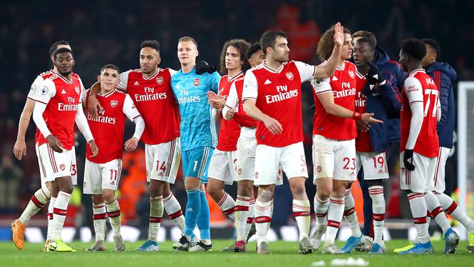 Mesut Ozil là một trong 3 cầu thủ Arsenal chống lại việc giảm lương