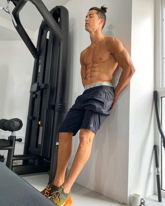Ronaldo khoe đôi chân gân guốc khi tiếp tục tập luyện tại nhà
