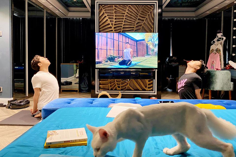 Bá đạo vợ chồng Trấn Thành - Hari Won tập thể dục giữ dáng tại nhà