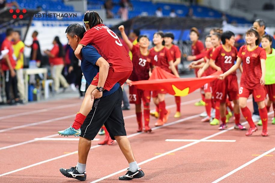 Huỳnh Như bật mí bí mật về hình ảnh lúc được cõng ra nhận HCV SEA Games 30