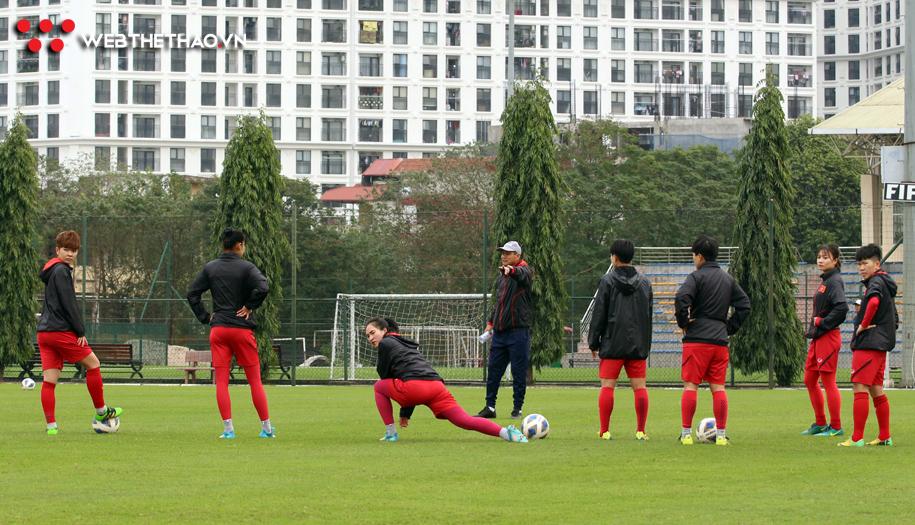 Hoàng Thị Loan cùng đồng đội mệt nhoài ở buổi tập đầu tiên của ĐT nữ Việt Nam