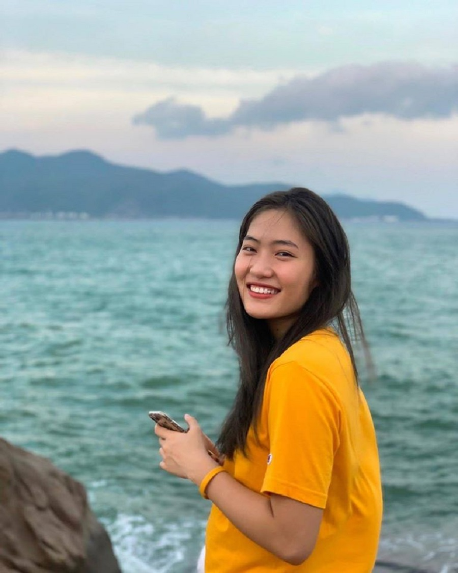 Đóa hồng xinh đẹp Trần Việt Hương tỏa sáng trong màu áo Thông tin Liên Việt Postbank