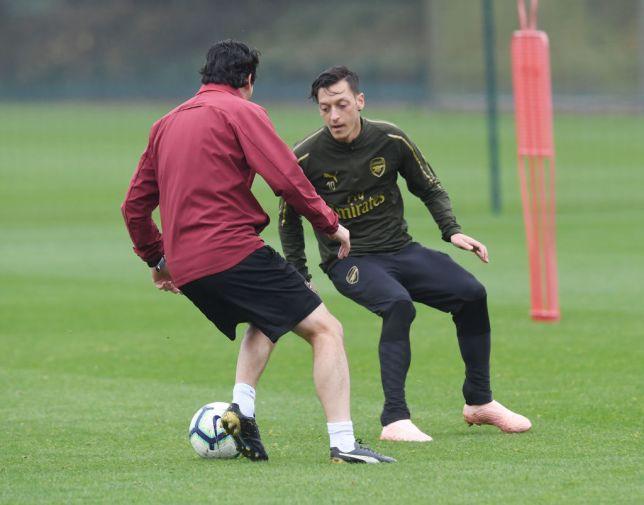 Unai Emery phản bác quan điểm của Arsene Wenger về Mesut Ozil - Ảnh 1.