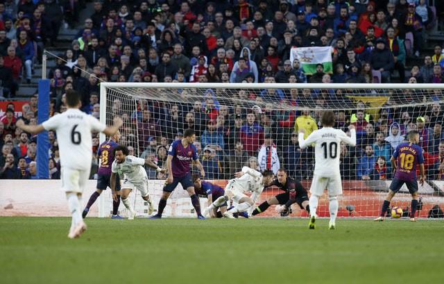Barca khiến Real Madrid xây xẩm với chiến thắng bàn tay nhỏ - Ảnh 12.