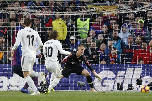 Barca khiến Real Madrid xây xẩm với chiến thắng bàn tay nhỏ - Ảnh 13.