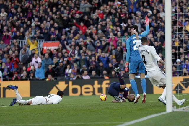 Barca khiến Real Madrid xây xẩm với chiến thắng bàn tay nhỏ - Ảnh 7.