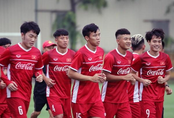 Trở về Việt Nam, cầu thủ 'hồi hộp' chờ thầy Park chốt tên dự AFF Cup 2018 - Ảnh 2.