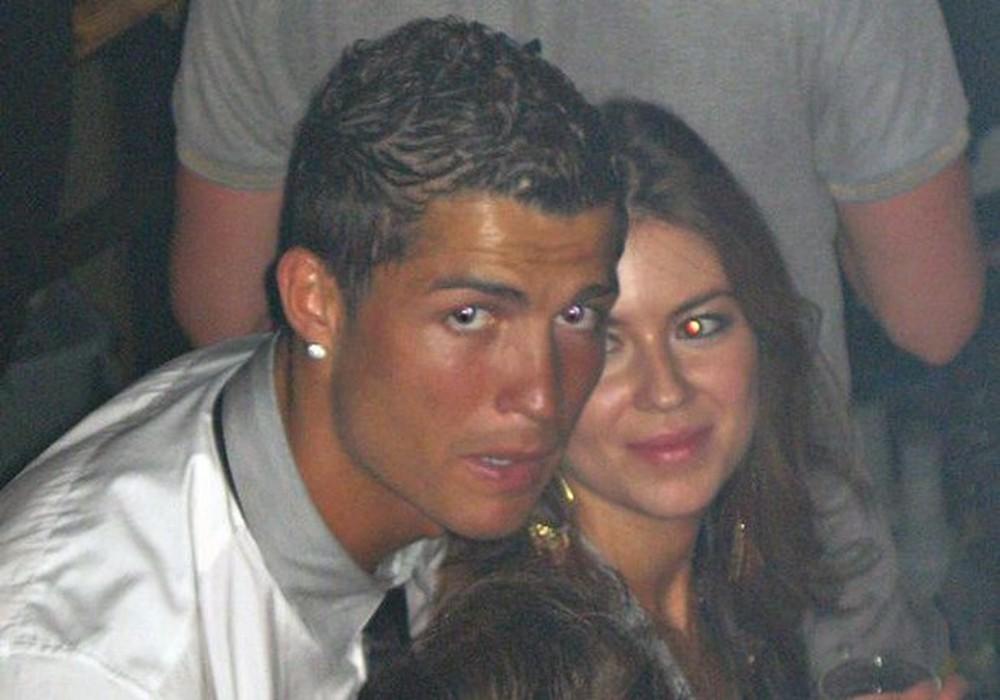 Ronaldo dẫn bạn gái đi ăn ở nhà hàng bán rượu giá 270 triệu đồng - Ảnh 4.