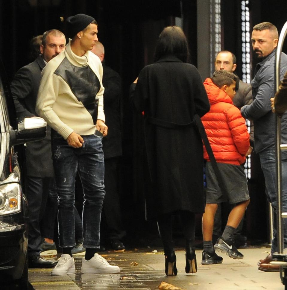 Ronaldo dẫn bạn gái đi ăn ở nhà hàng bán rượu giá 270 triệu đồng - Ảnh 2.