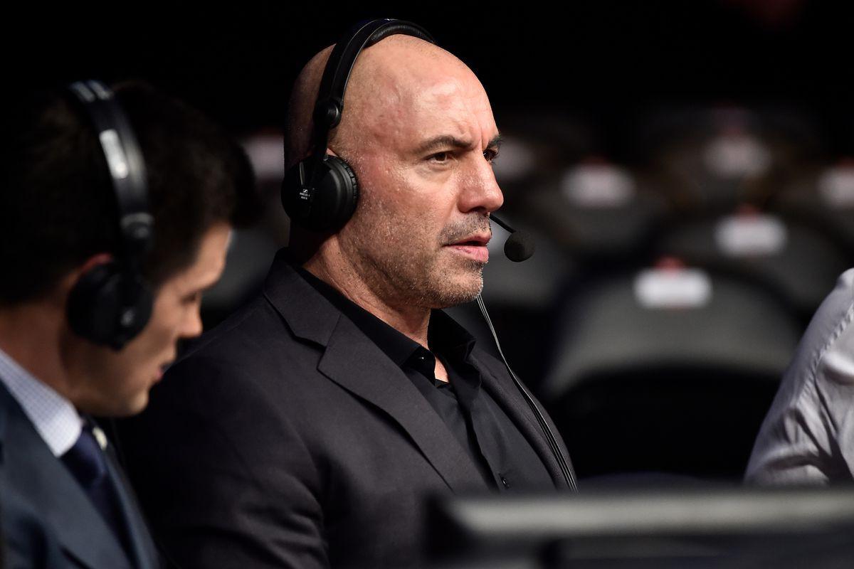 BLV Joe Rogan lỡ miệng tiết lộ UFC đang muốn cải tiến kiểu găng MMA mới - Ảnh 1.