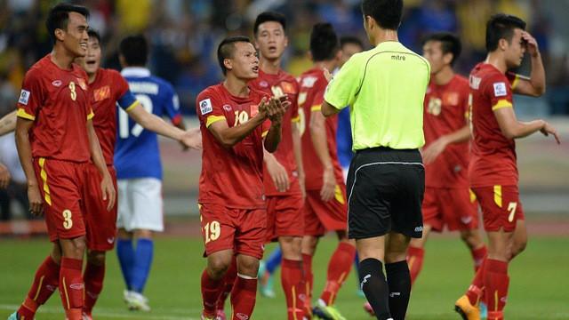 """Chưa cầm còi trận VN gặp Campuchia, trọng tài Trung Quốc đã nhận """"gạch đá"""" - Ảnh 1."""