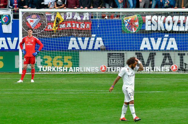 Real Madrid thua tủi hổ Eibar, Thibaut Courtois bị đánh giá là bản hợp đồng tệ hại nhất trong lịch sử Los Blancos - Ảnh 1.
