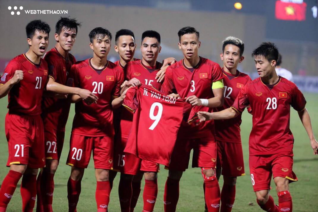 Xúc động khoảnh khắc các đồng đội tri ân Văn Toàn trong chiến thắng trước ĐT Campuchia - Ảnh 3.