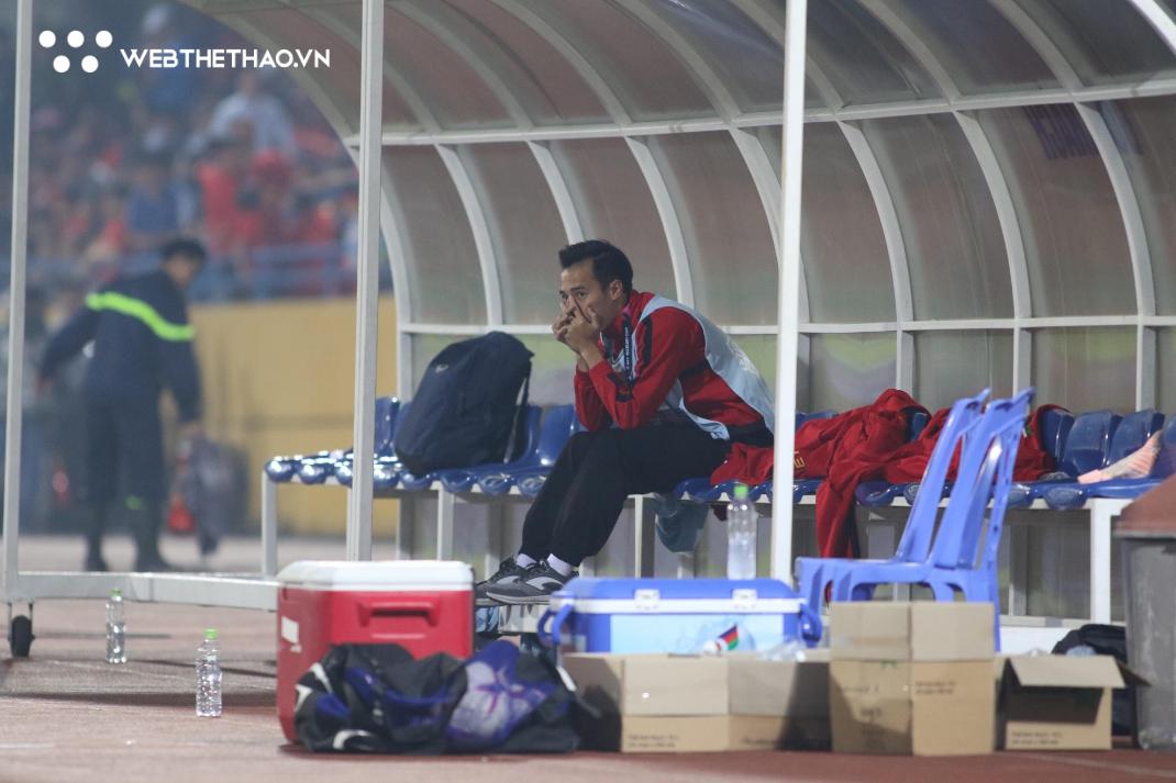 Xúc động khoảnh khắc các đồng đội tri ân Văn Toàn trong chiến thắng trước ĐT Campuchia - Ảnh 2.