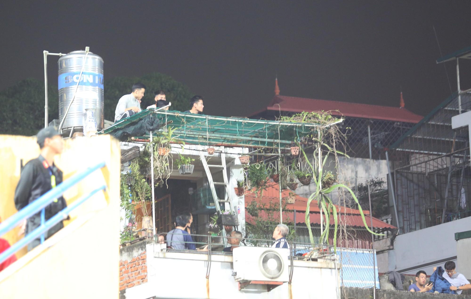 Khán đài dã chiến 0 đồng tại sân Hàng Đẫy trận Việt Nam - Campuchia - Ảnh 11.