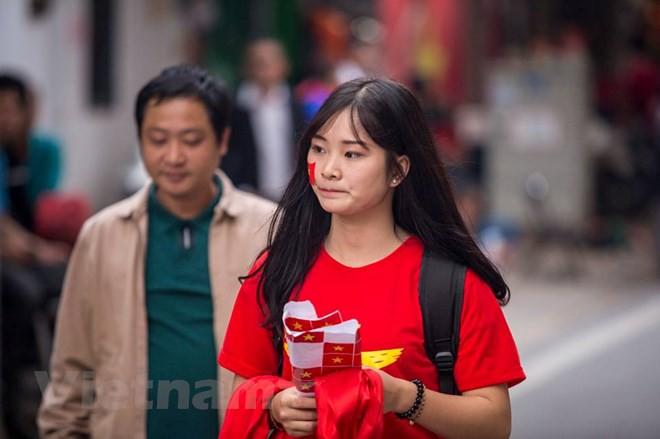 Dàn nữ cổ động viên đốt cháy trận cầu Việt Nam vs Campuchia - Ảnh 1.
