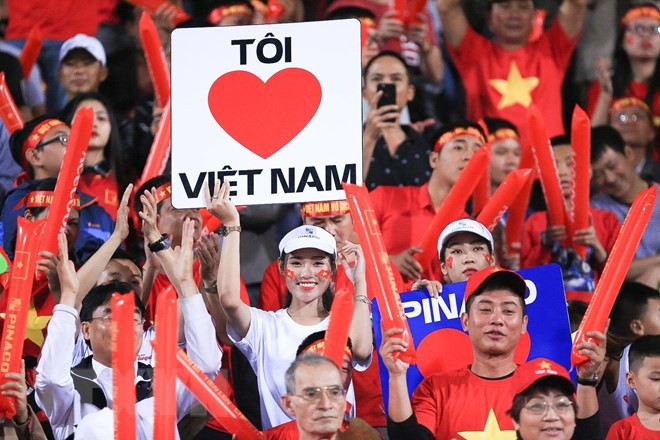 Dàn nữ cổ động viên đốt cháy trận cầu Việt Nam vs Campuchia - Ảnh 7.