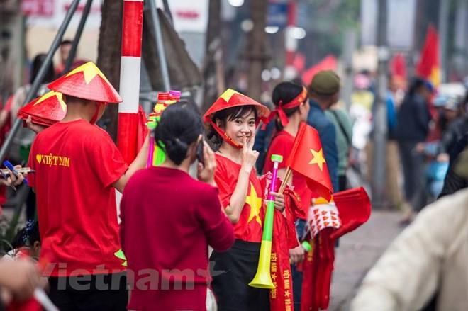 Dàn nữ cổ động viên đốt cháy trận cầu Việt Nam vs Campuchia - Ảnh 2.