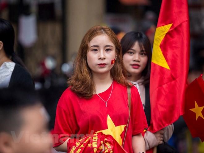 Dàn nữ cổ động viên đốt cháy trận cầu Việt Nam vs Campuchia - Ảnh 4.