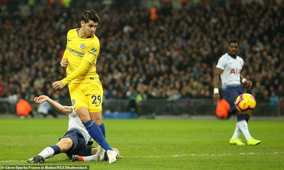 Alvaro Morata chấp cả một đội bóng về kỷ lục... việt vị ở giải Ngoại hạng Anh - Ảnh 4.