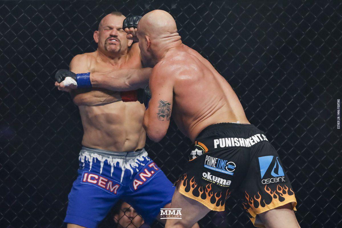 Rửa hận thù xưa, Tito Ortiz hạ knock out kỳ phùng địch thủ Chuck Liddell - Ảnh 3.