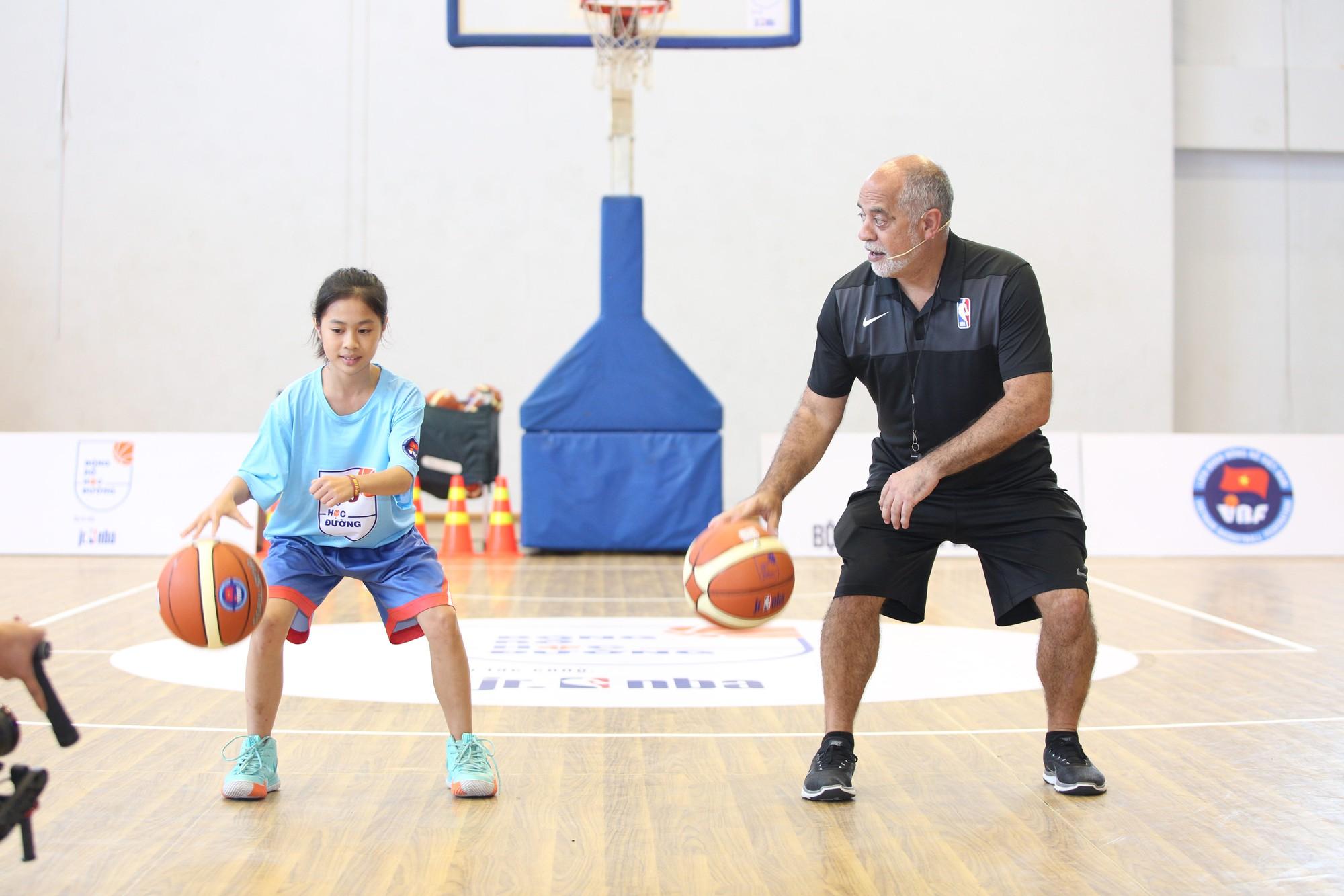 Hơn 1.000 giáo viên thể dục tham dự ngày tập huấn bóng rổ chuẩn NBA tại TP.HCM - Ảnh 2.