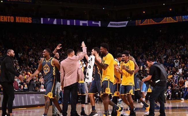Khi Stephen Curry quá nổi tiếng, các đồng đội cũng được thơm lây - Ảnh 1.