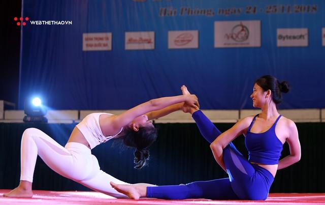 Ấn tượng những đôi uyên ương tỏa sáng tại Giải vô địch yoga quốc gia lần thứ nhất năm 2018 - Ảnh 2.