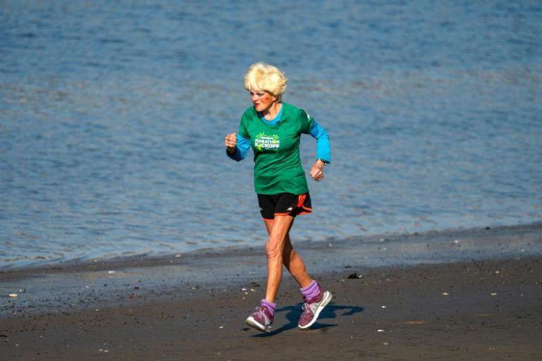 Cụ bà 85 tuổi vẫn chạy Marathon, vẫn yêu đương - Ảnh 1.
