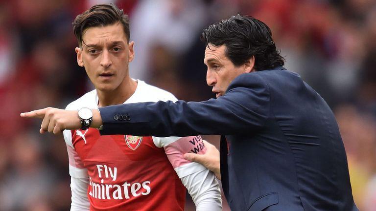 """Cựu sao Arsenal nói Unai Emery đang dùng """"trò chơi trí óc"""" đối với Mesut Ozil - Ảnh 3."""
