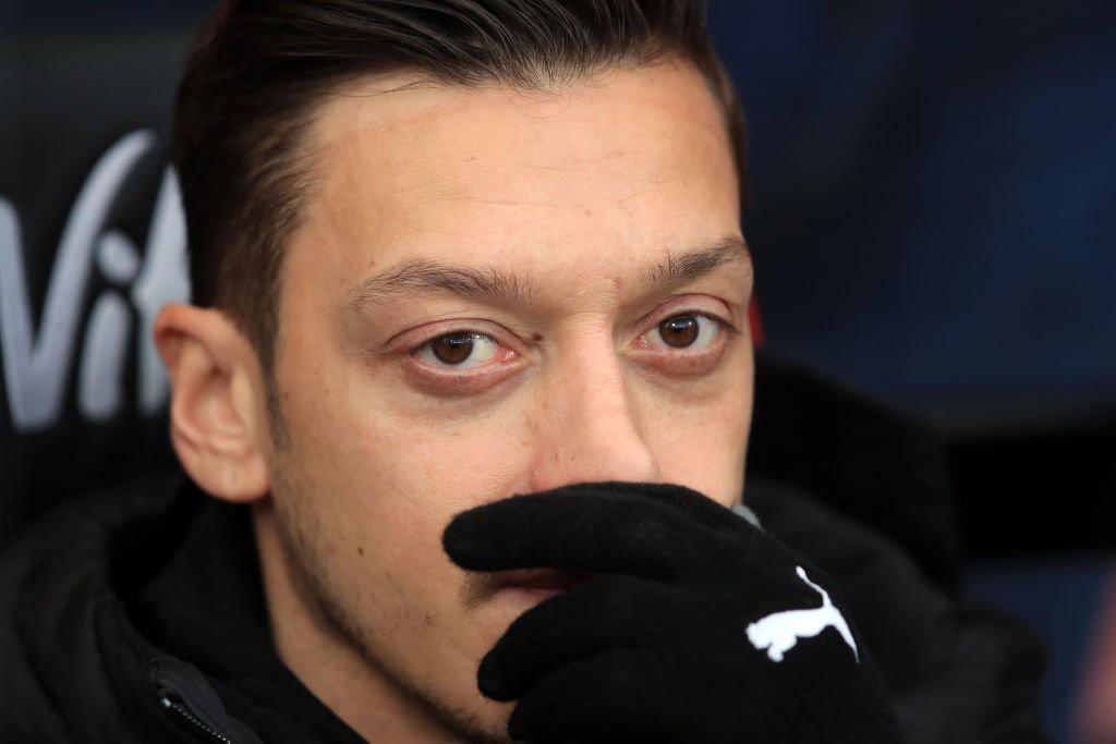 """Cựu sao Arsenal nói Unai Emery đang dùng """"trò chơi trí óc"""" đối với Mesut Ozil - Ảnh 1."""