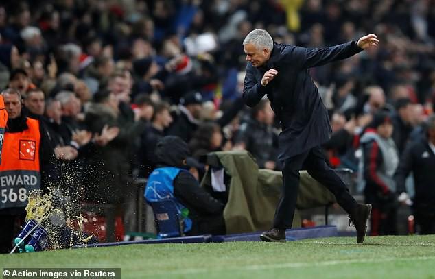 Mourinho nổi cơn tam bành, Fellaini tái hiện kỳ tích của Ronaldo và những điểm nhấn khi Man Utd hạ Young Boys - Ảnh 1.