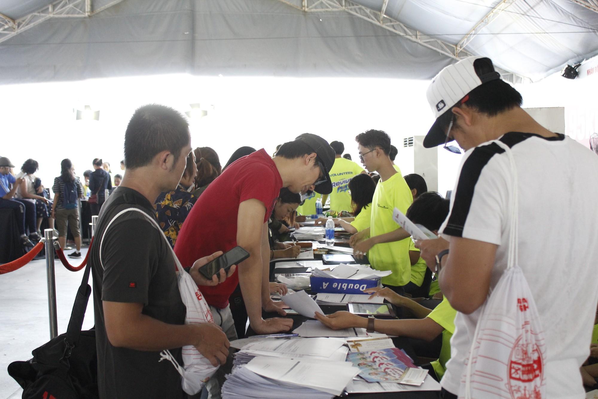 Hàng ngàn VĐV hào hứng đến nhận bib marathon quốc tế Techcombank - Ảnh 2.