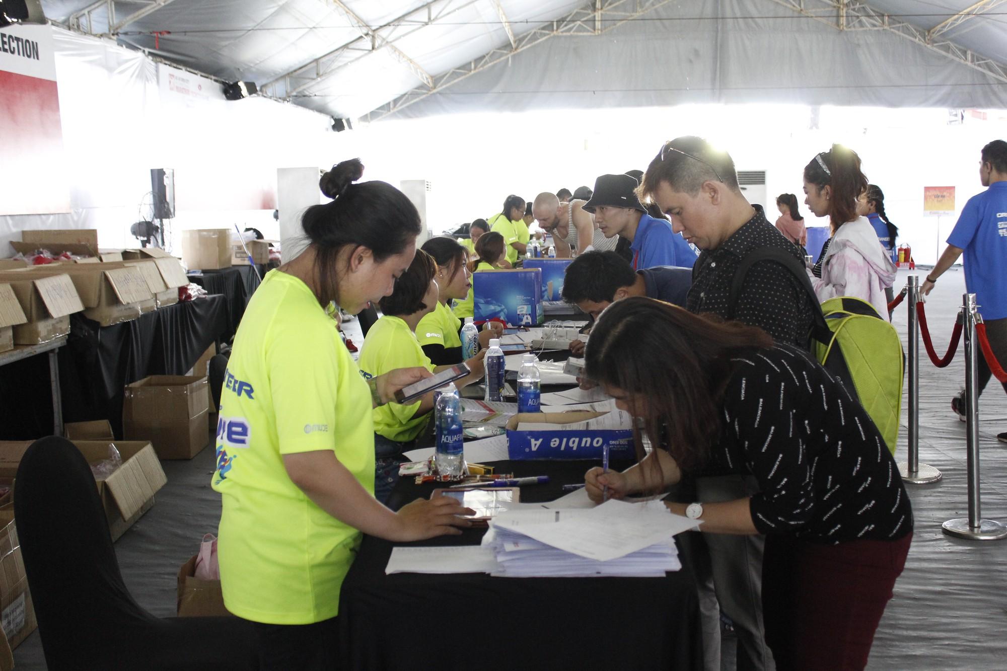 Hàng ngàn VĐV hào hứng đến nhận bib marathon quốc tế Techcombank - Ảnh 3.