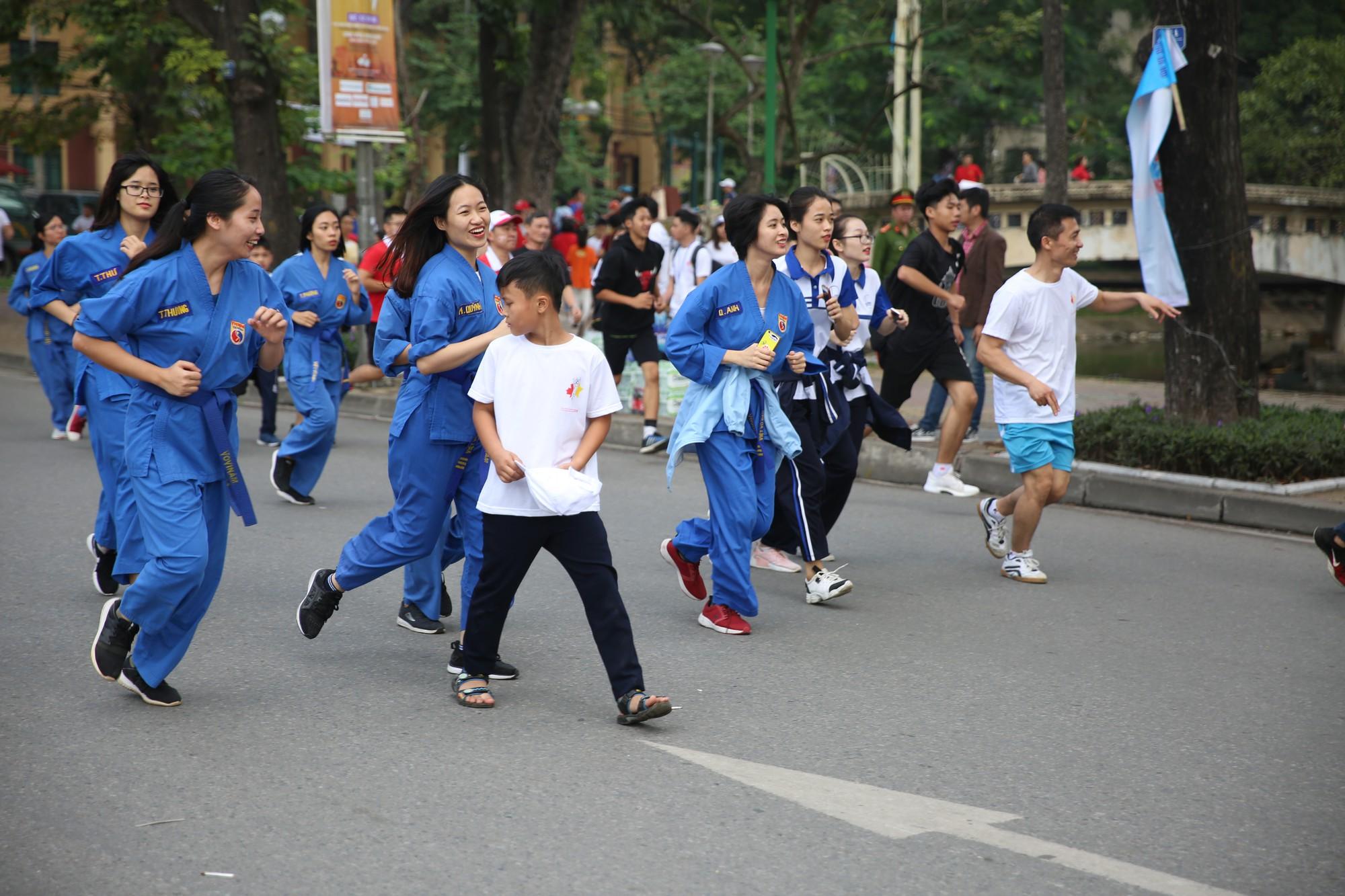 Chạy vì trẻ em Hà Nội 2018 thu hút hàng nghìn người tham dự, quyên góp hơn 1 tỷ đồng - Ảnh 15.