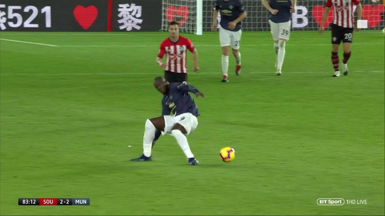 Đến quả bóng có lẽ cũng phát ngán khả năng xử lý bước một của Lukaku! - Ảnh 2.