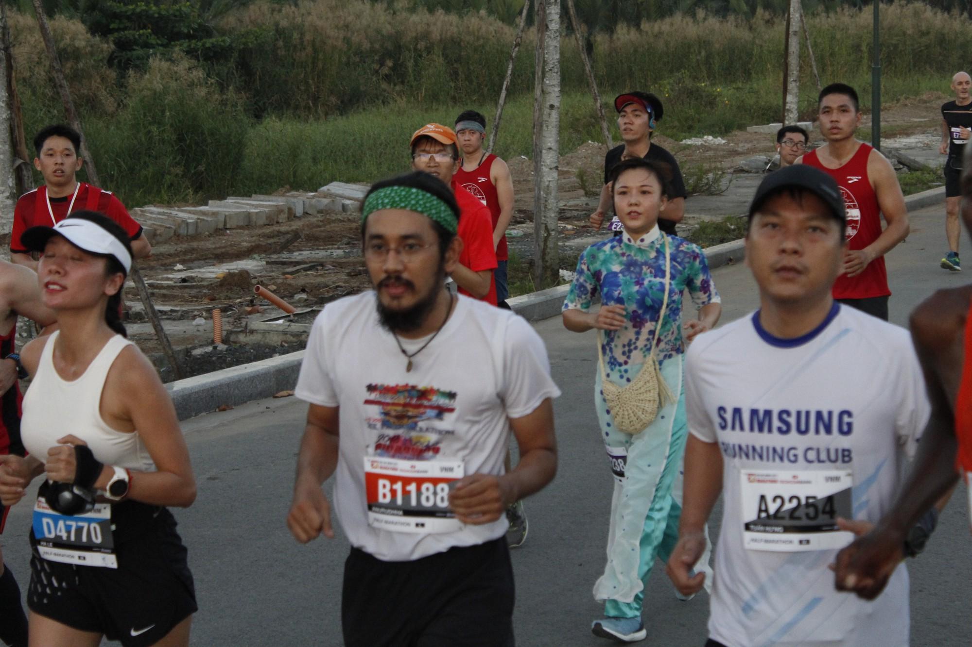 Những đóa hoa trên đường chạy Techcombank Marathon - Ảnh 7.