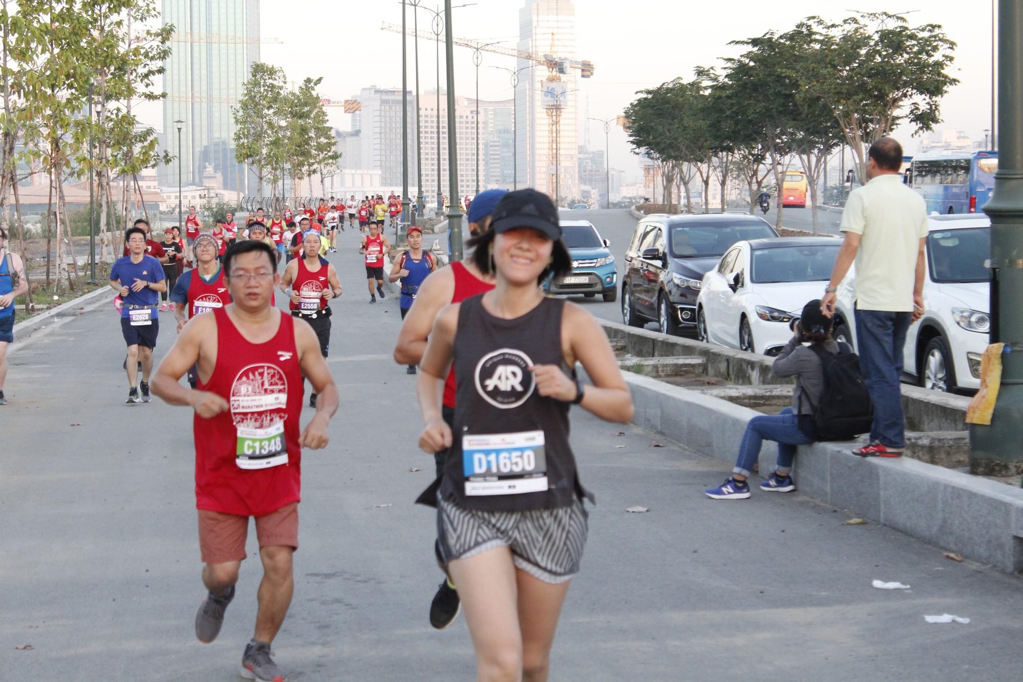 Những đóa hoa trên đường chạy Techcombank Marathon - Ảnh 8.
