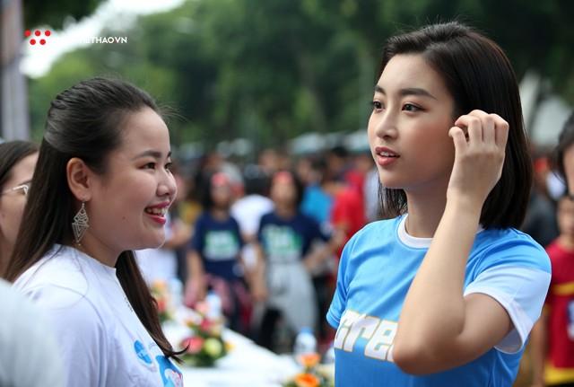 Hoa hậu Đỗ Mỹ Linh rạng ngời sải bước cùng những con người kém may mắn - Ảnh 1.