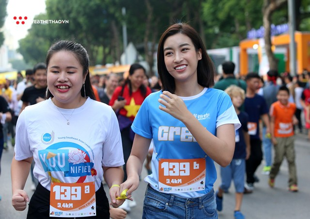 Hoa hậu Đỗ Mỹ Linh rạng ngời sải bước cùng những con người kém may mắn - Ảnh 11.