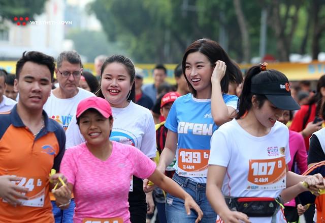 Hoa hậu Đỗ Mỹ Linh rạng ngời sải bước cùng những con người kém may mắn - Ảnh 10.
