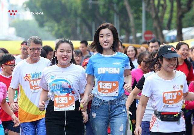 Hoa hậu Đỗ Mỹ Linh rạng ngời sải bước cùng những con người kém may mắn - Ảnh 9.