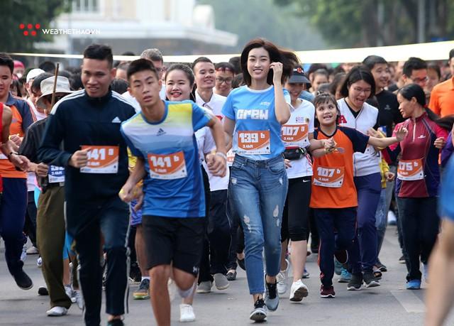 Hoa hậu Đỗ Mỹ Linh rạng ngời sải bước cùng những con người kém may mắn - Ảnh 8.