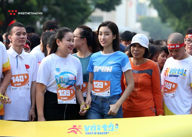 Hoa hậu Đỗ Mỹ Linh rạng ngời sải bước cùng những con người kém may mắn - Ảnh 7.