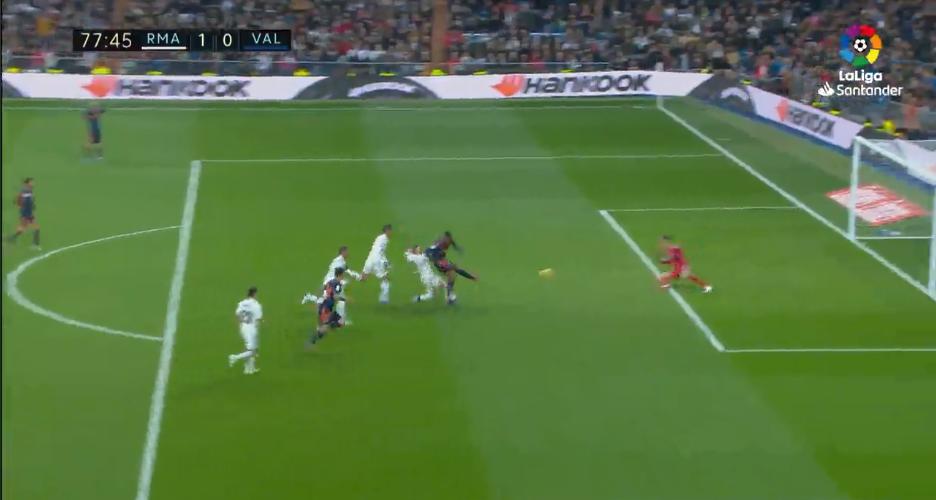Real Madrid giữ sạch lưới khó tin và những điểm nhấn đáng chú ý từ trận thắng Valencia - Ảnh 1.