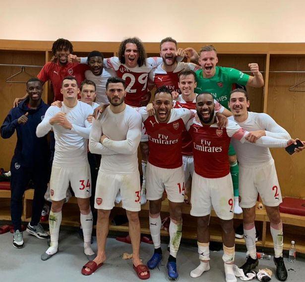 Arsenal ăn mừng ở derby bắc London và 5 điều rút ra từ tấm ảnh trong phòng thay đồ sân Emirates - Ảnh 1.
